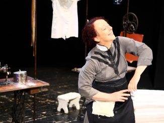 Scintille di Laura Sicignano con Laura Curino al Teatro Cargo di Genova